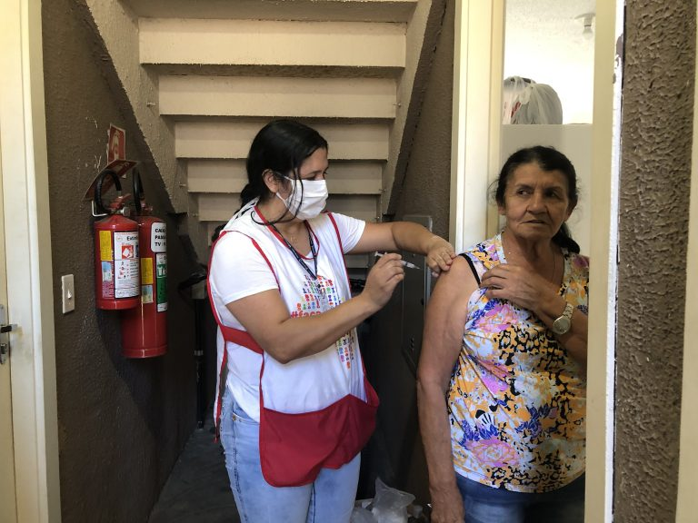 Prefeitura de Guararema realiza vacinação casa a casa para idosos