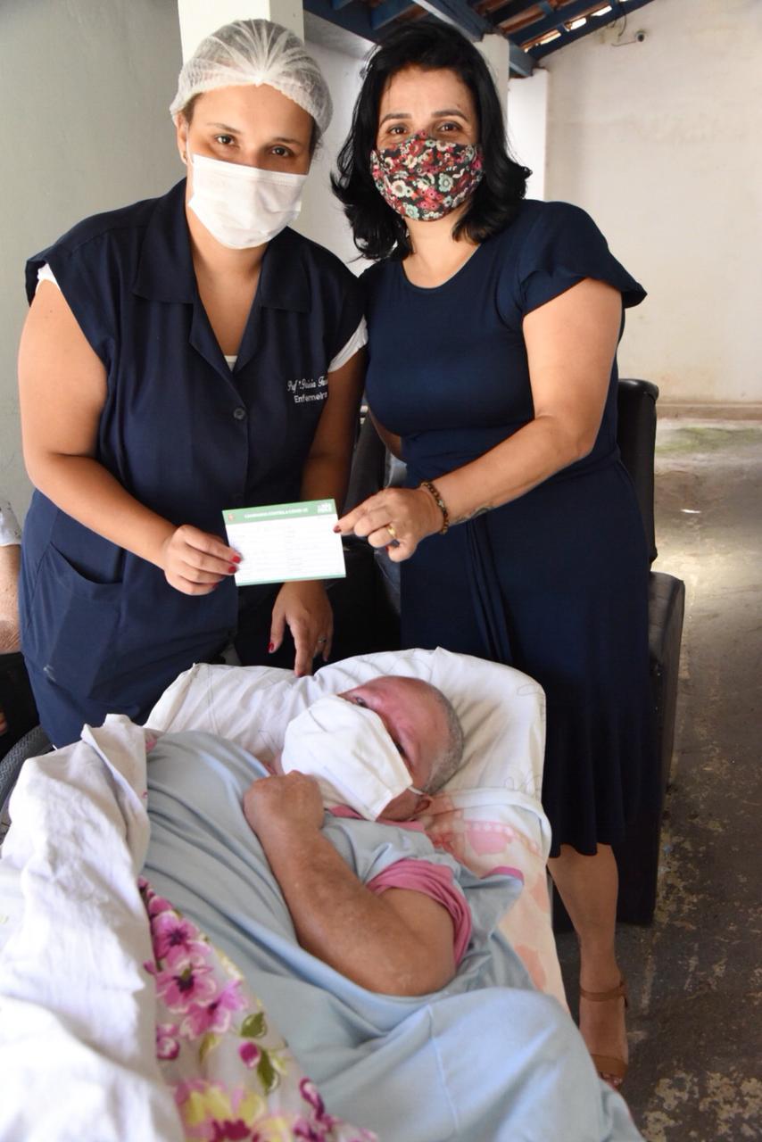 Primeira idosa é vacinada em Guararema